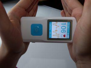 Badanie ECG serca za pomocą podręcznego aparatu EKG-OLAMED